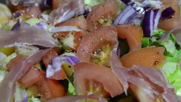 Zelený salát s rajčaty a šunkou