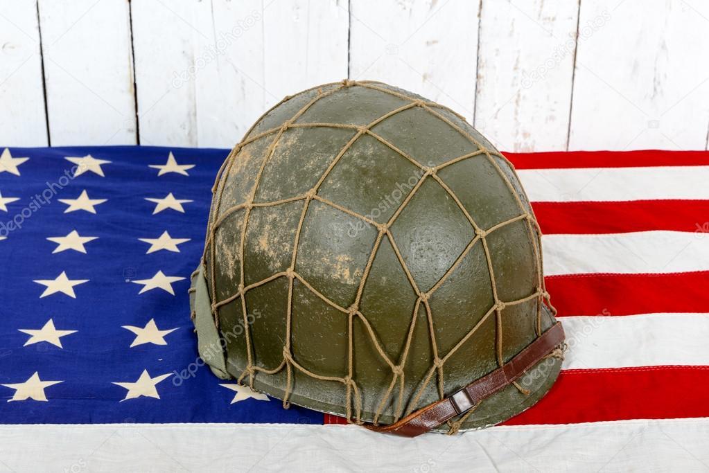 Casque de la seconde guerre mondiale sur le drapeau amricain casque de la seconde guerre mondiale sur le drapeau amricain photo altavistaventures Choice Image