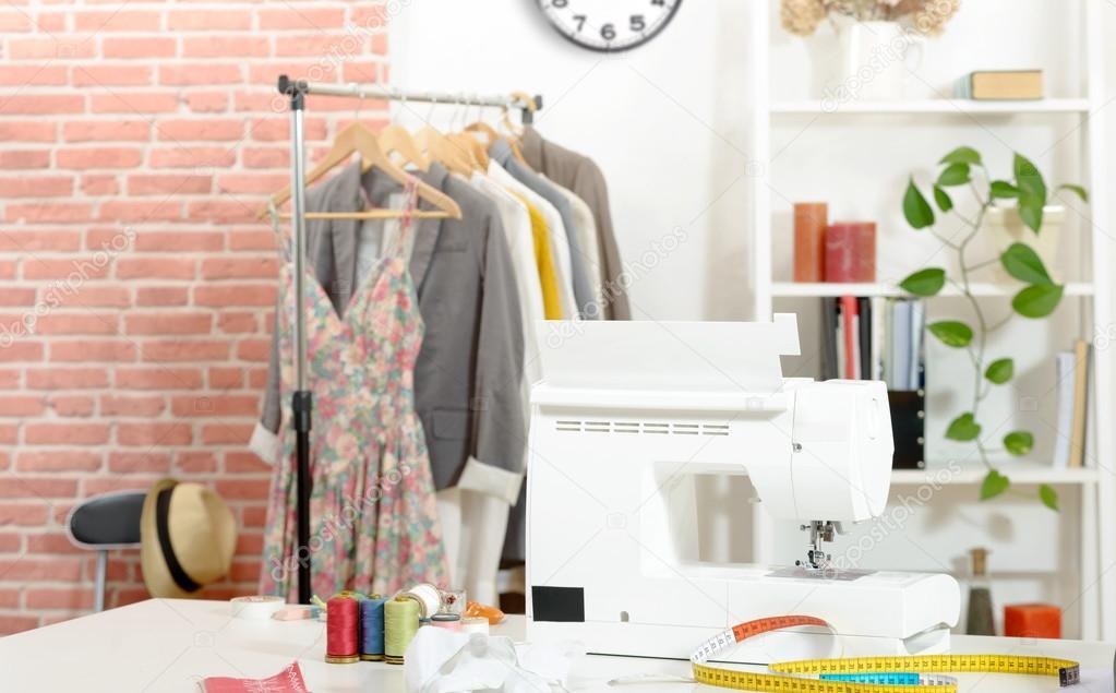Taller de costura, tela, máquina de coser, patrones de ropa — Foto ...