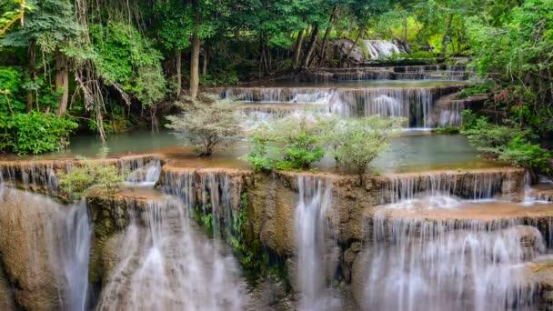 Huay Mae Khamin vízesés, Kanchanaburi tartomány Thaiföld híres természeti turisztikai attrakció.