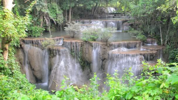 Huay Mae Khamin vodopád, slavné přírodní turistickou atrakcí v provincii Kanchanaburi, Thajsko