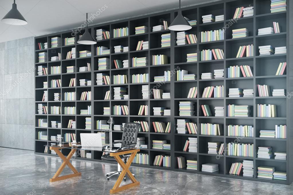 kabinet van het hok met grote boekenkast stockfoto