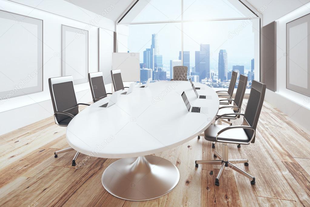 Moderne conferentieruimte met ovale tafel houten vloer en stad vi