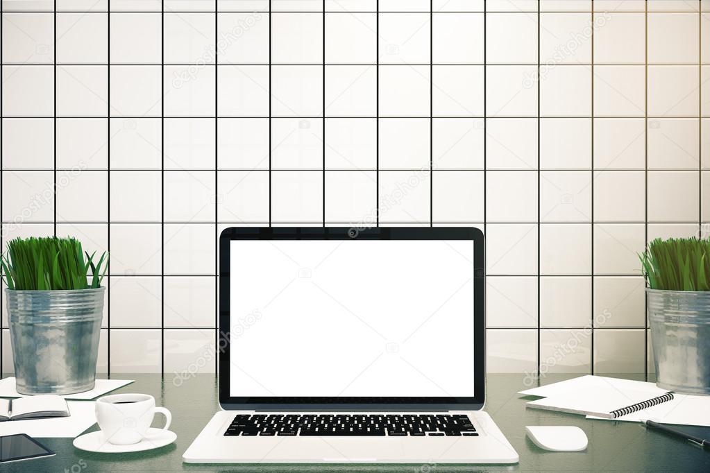 Buro Desktop Mit Leeren Weissen Bildschirm Kaffeetasse Smartphone