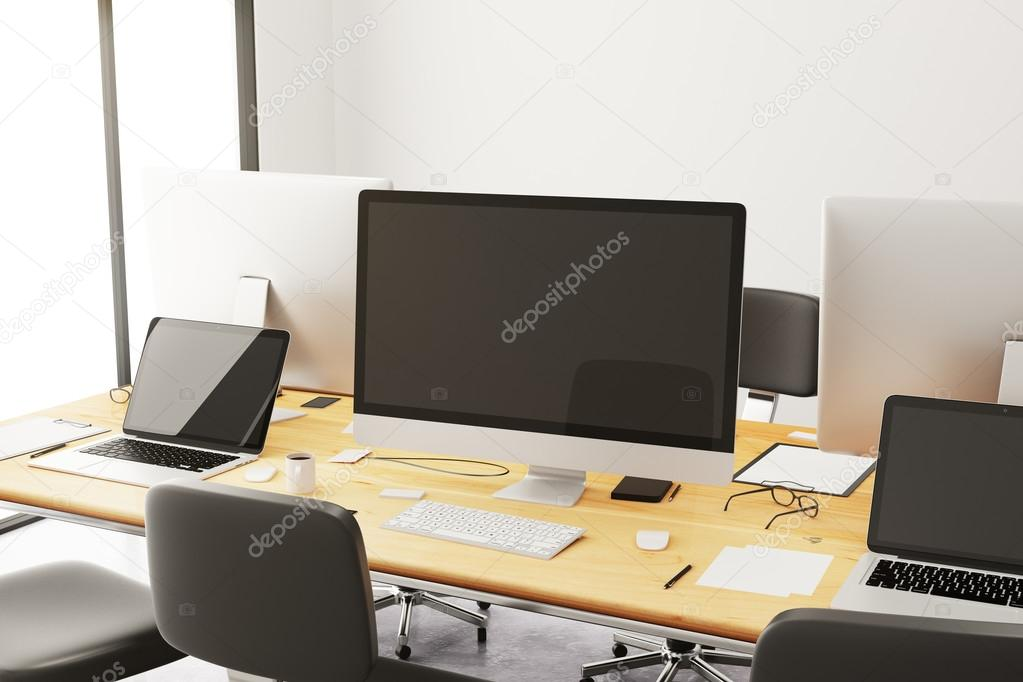 Accessori Per Ufficio : Tavolo con accessori per ufficio e computer u2014 foto stock © peshkov