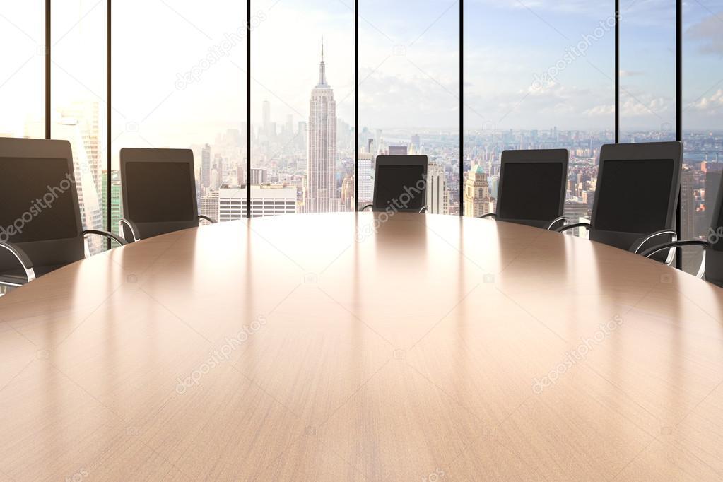 Conferentiezaal met grote ronde tafel u stockfoto peshkov