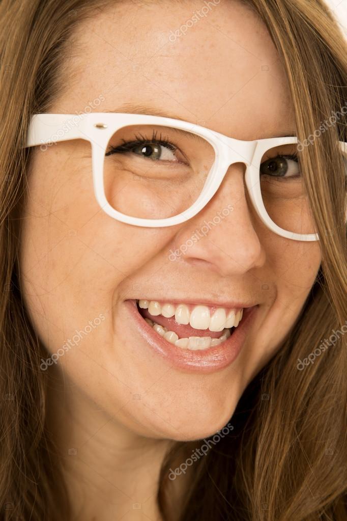 modelos de gran variedad replicas tienda oficial Modelo de mujer joven con blanco gafas pelo sonriente sobre ...