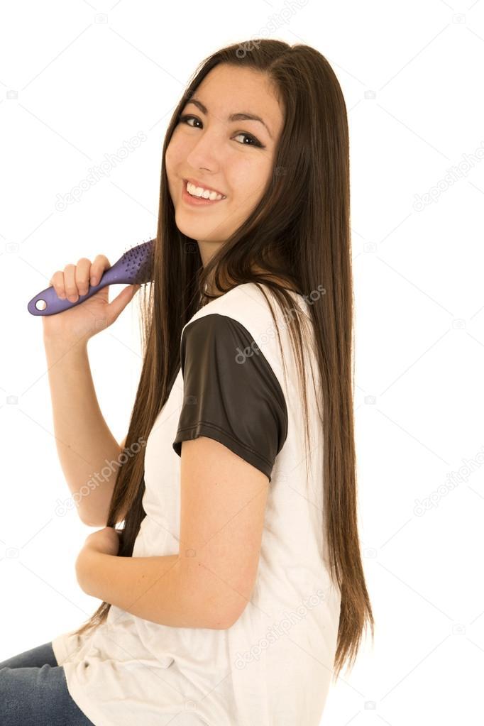 Junges Teen Mädchen Bürsten Haare über Die Schulter Schauen