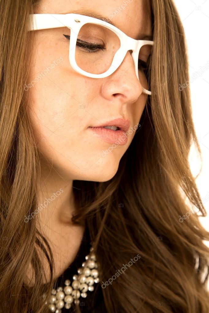 reunirse venta directa de fábrica Precio reducido Modelo de mujer mirando hacia abajo llevando gafas blanco ...