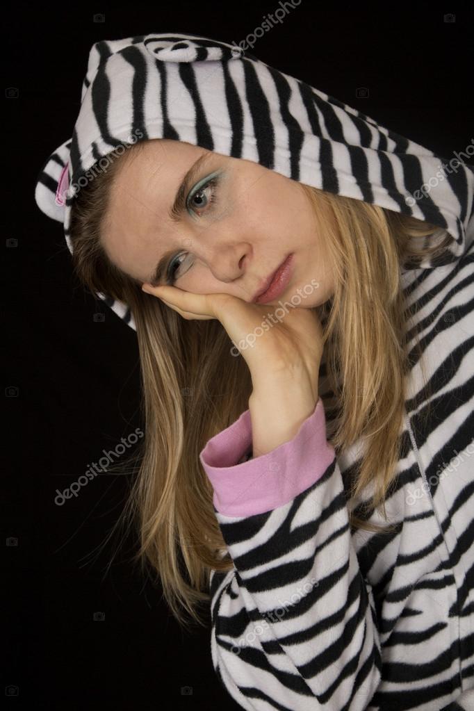 a25721f231 Triste mujer joven vistiendo pijamas Gato Atigrado blanco y negro — Foto de  Stock