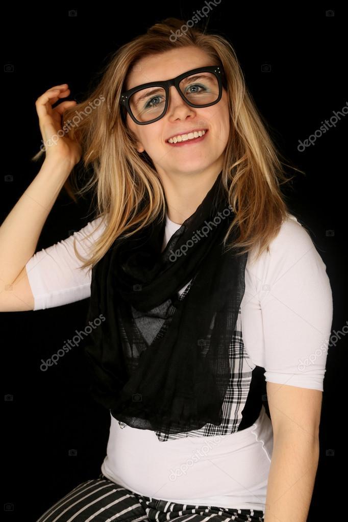 Fille qui porte de grosses lunettes noires, souriant à la caméra– images de  stock libres de droits 2e2600076651