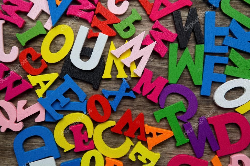 Lettere Di Legno Colorate : Superficie coperta con più lettere in legno colorate u2014 foto stock