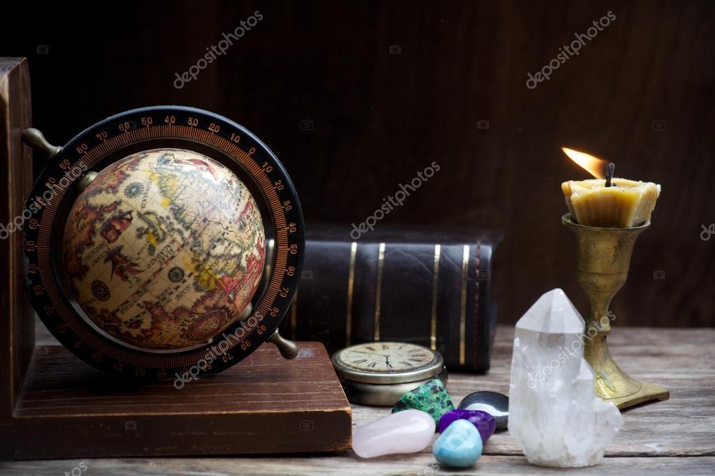Astrologia antica vecchio globo di astrologia e libri con candela