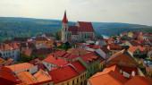 Schöne historische Stadt Znojmo mit der majestätischen St. Nikolaus Dekanatskirche, Häusern mit roten Dächern und dem Nationalpark Podyji im Hintergrund. Das Bild entstand am ersten Herbsttag vom Rathaussturm aus.
