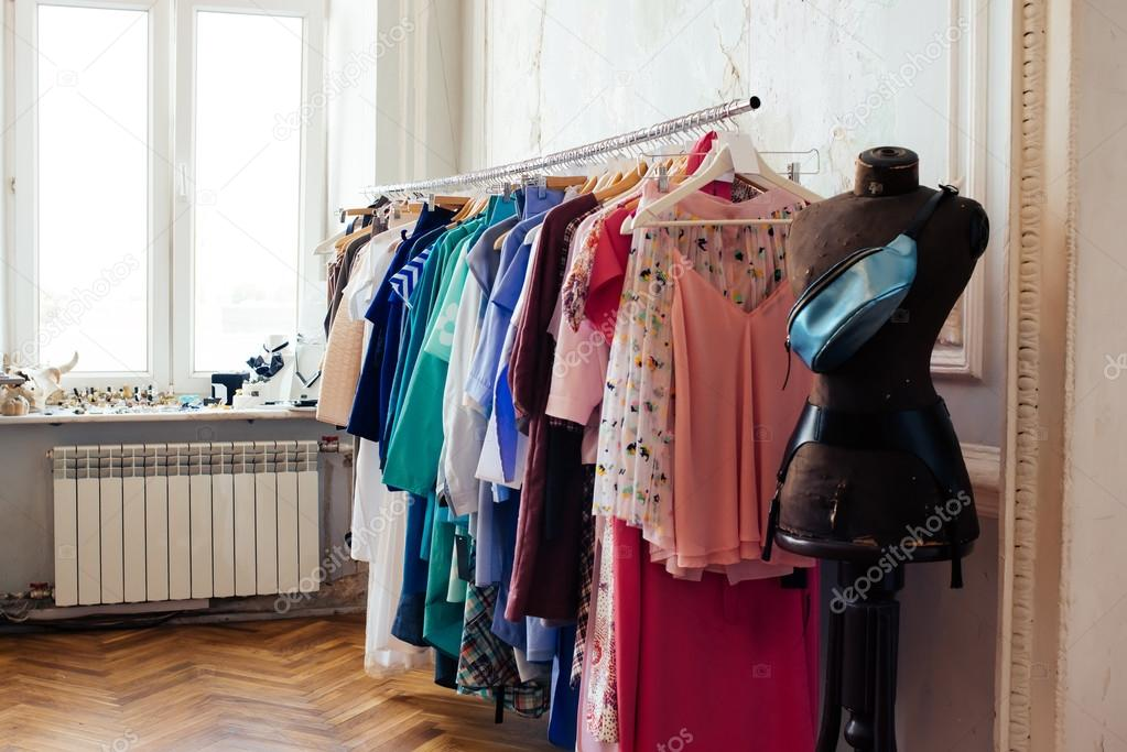 ecdec0750f0d0e Jurken in een retail-winkel — Stockfoto © gregorylee  96960050