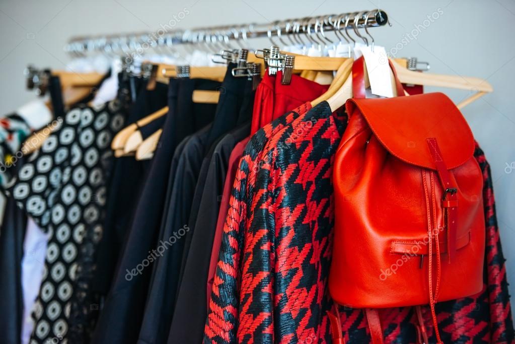 98b0ffa6ce3007 Jurken in een retail-winkel — Stockfoto © gregorylee  96960056