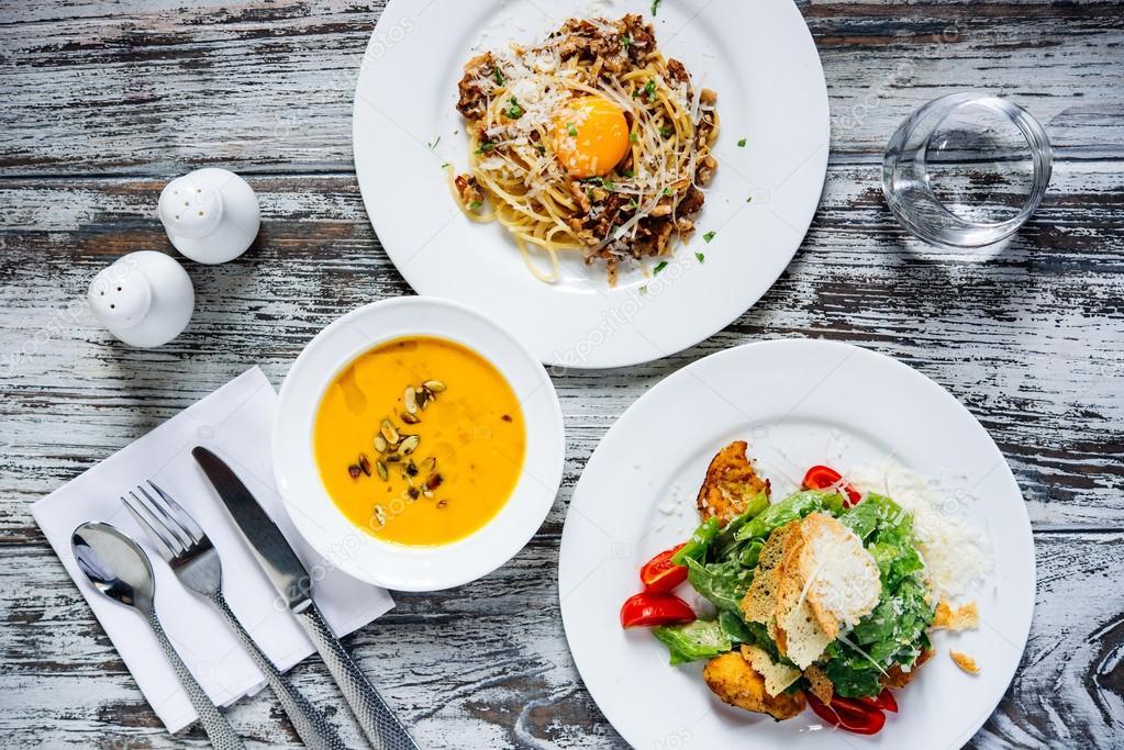 Tres platos con platos de comida Fotos de Stock