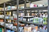 Brno - Česká republika 17 březen 2016 léky a vitamíny v lékárnách krabic léků na policích.