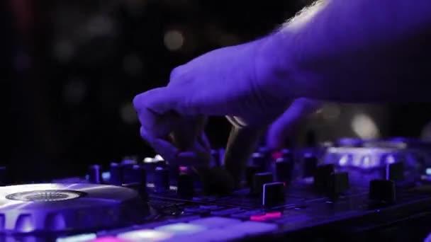 DJ hangvezérlő konzol tánczene és laptop keveréséhez a disco klubban.