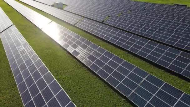 Luftaufnahme eines Solarkraftwerks, Quelle ökologischer erneuerbarer Energie. Überfliegen von Sonnenkollektoren.