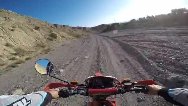POV Enduro motokros MX jezdec v špíně hora offroad stopy.