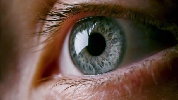 Detailní video ženského šedého oka s rozšířeným zorničkou