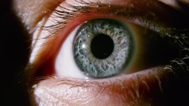 Makró videó női szürke szemről táguló pupillával