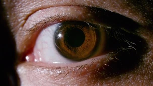 Közelkép videó férfi barna szem kitáguló pupillával