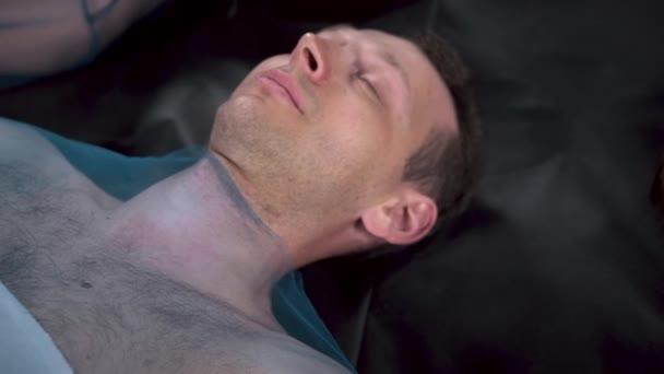 Video ležícího blonďáka se zavřenýma očima