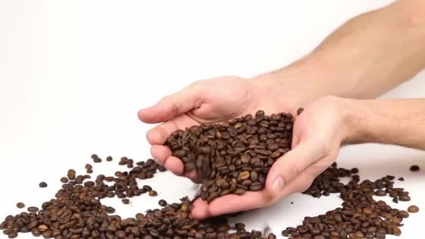 Rozptyl cofee fazole v rukou