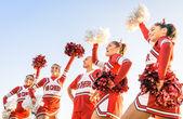 Fényképek mazsorettek akcióban a férfi edző - egység és a csapat sport - képzési college középiskolában a fiatal női tizenévesek fogalmának csoport