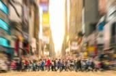 Fényképek Olvasztótégely emberek séta a gyalogos-átkelőhely, és a forgalom jam 7th avenue, Manhattan előtt naplemente - zsúfolt utcáin New York City csúcsforgalomban városi üzleti területen
