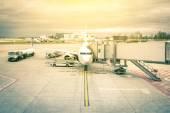 Fotografia Aereo moderno al terminal gate pronto per il decollo - aeroporto internazionale con il cielo drammatico - concetto di viaggio emozionale nel mondo su uno sguardo nostalgico filtrato