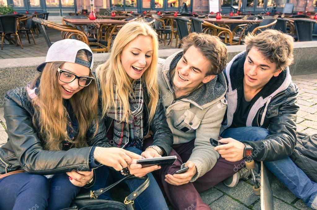 Adolescentes en jeans bajos