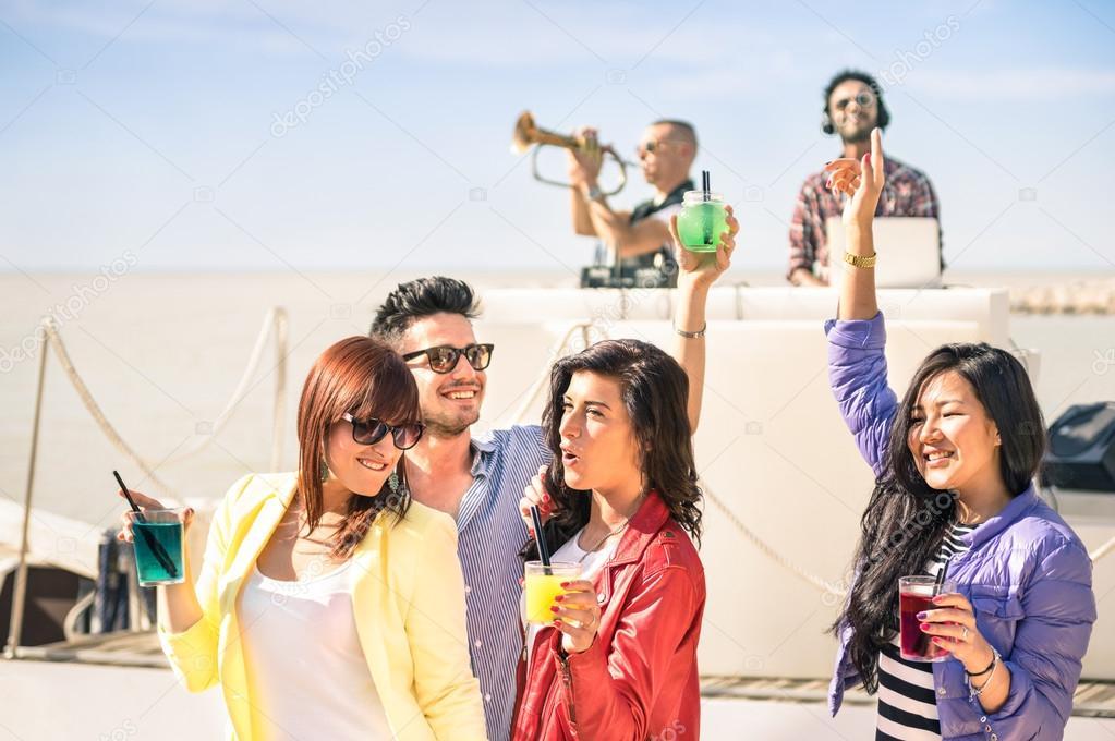 Recevoir Des Amis funky gens danse musique et s'amuser ensemble à la plage s'extasient
