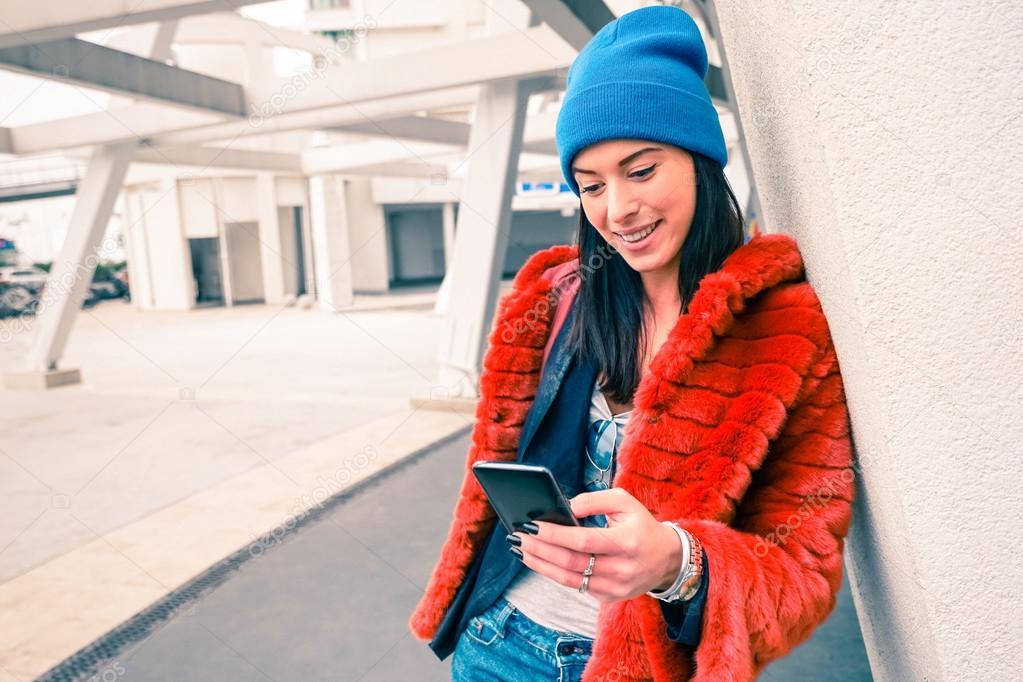 Souvent Portrait d'heureuse jeune femme avec un smartphone - mode hipster  OT41