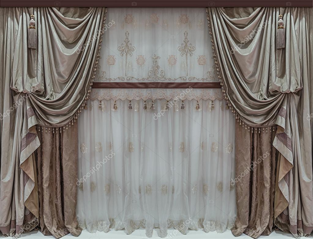 elegant interieur met luxe gordijnen en tulle stockfoto