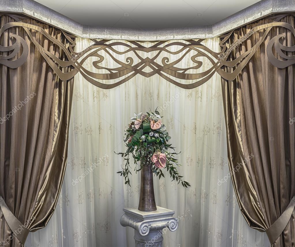 Een luxe design van de erker. Een vaas met bloemen op tafel, de ...