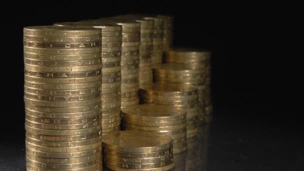 Kovové peníze zblízka. Černé pozadí. Růst zisku.