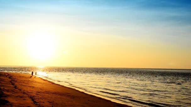 Vlna na pláži v večery a západy slunce.