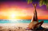 Nő a relaxáció, a Tropical Beach napnyugtakor
