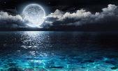 Romantický a malebné panorama s úplněk na moři do noci