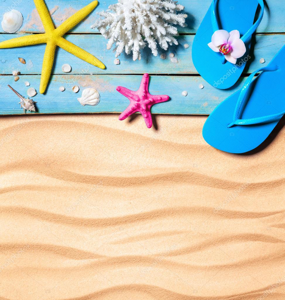 flip-flop, estrellas de mar, conchas marinas y coral de madera y ...