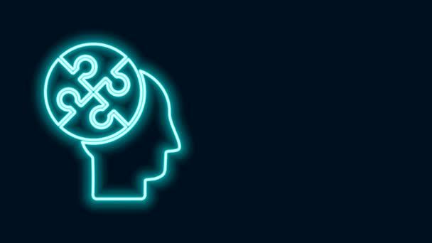 Ragyogó neon vonal Emberi fej rejtvények stratégia ikon elszigetelt fekete háttérrel. Gondolkodó agyjel. Az agy jelképe. 4K Videó mozgás grafikus animáció