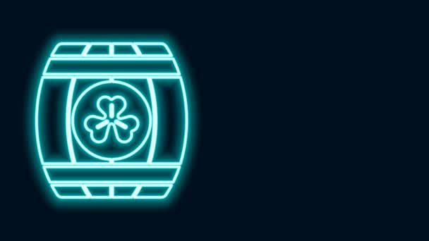 Zářící neonová čára Dřevěný sud se čtyřmi listy jetele ikony izolované na černém pozadí. Sud alkoholu, dřevěný sud na pivo, whisky, víno. Grafická animace pohybu videa 4K