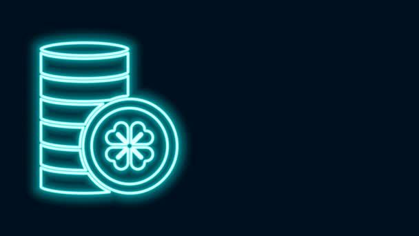 Zářící neonová linie Zlatá mince se čtyřmi listy jetele ikony izolované na černém pozadí. Šťastný den svatého Patricka. Grafická animace pohybu videa 4K