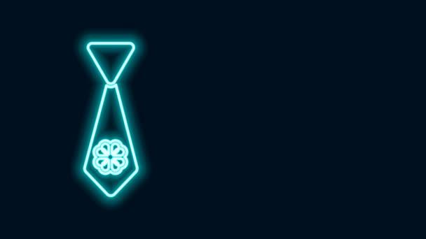 Zářící neonová čára Kravata se čtyřmi listy jetele ikony izolované na černém pozadí. Krční vázanka a nákrčník. Šťastný den svatého Patricka. Grafická animace pohybu videa 4K