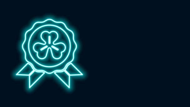 Zářící neonová čára Medaile se čtyřmi listy jetele ikony izolované na černém pozadí. Šťastný den svatého Patrika. Grafická animace pohybu videa 4K