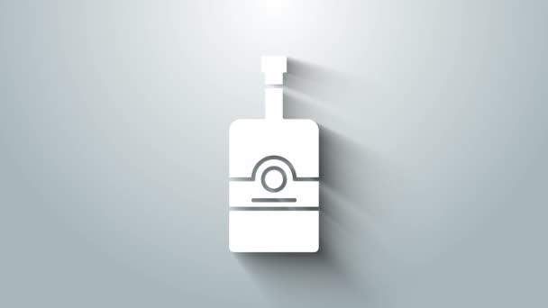 Fehér Whiskey palack ikon elszigetelt szürke alapon. 4K Videó mozgás grafikus animáció