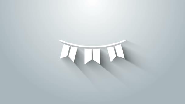 Fehér karnevál koszorú zászlók ikon elszigetelt szürke háttér. Parti zászlók a születésnapi ünnepségre, fesztivál dekoráció. 4K Videó mozgás grafikus animáció